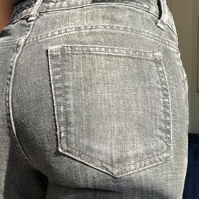 Lysegrå jeans fra Acne Jeans, passes af XS-S