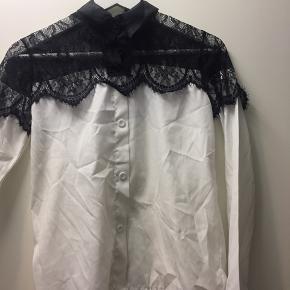 Skjorte med blonde  BYD BYD BYD