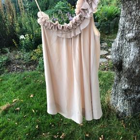#Secondchancesummer Rigtig fin kjole med strop over den ene skulder med plisserede flæser. Kun brugt en  gang. Har ingen slitage eller skrammer.