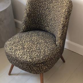 Loungestol / cocktailstol fra 1960'erne/1970'erne. Man sidder virkelig godt i stolen.  Mindre skader i syningen på begge sider. Kan nemt repareres.