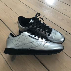 Helt nye sneakers i farve : sølv/sort. De har aldrig været brugt. Købspris : 700 kr