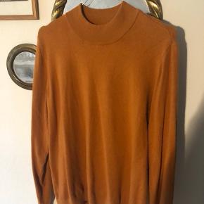 Dejlig blød sweater fra Vero Moda i størrelse XL, men passes af en S. Købt brugt uden brugsmærker, men har ikke selv fået den brugt. Skriv endelig :)