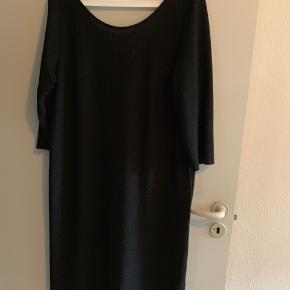 Flot tætsiddende cocktail kjole med en smule glimmer