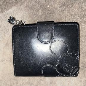 En sort Disney læder pung, aldrig brugt.