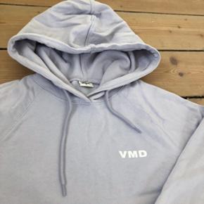 Lyselilla sweatshirt med hætte fra Vero Mods. Brugt få gange - som ny - ingen nuller eller lignende. Str s.