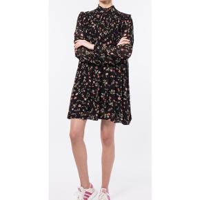 Fin klassisk kjole fra GANNI i sort med blomsterprint.  Har kun været brugt en enkelt gang og standen er som ny.  Str. 40, men kan passes af en M-L.   Handles via trendsales. Sendes via dao på købers regning.