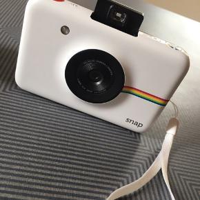 Polaroid snap instant print digital camera. Kamera som tager polaroid fotos, den printer dem med det samme. Print papir og oplader kabel medfølger. Micro sd kort følger også med. Der kan sættes en selvudløser på 10 sek og vælges i mellem 3 farver/filtre (lyse farver, mørkere farve og sort/hvid). Jeg har købt det for 1200kr i elgiganten.  Kom med et bud 😎
