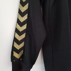 Super fin Hummel trøje med lynlås og guld  striber på ærmerne. Ingen slitage.