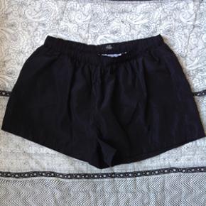 Shorts fra Mads Nørgaard  Str. M/L Brugt én enkelt gang til løb Kan prøves / afhentes på Nørrebro i København Ved forsendelse betaler modtager porto.