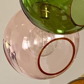 Design by Us ballroom lampe sælges. Lampen er Ø 19 og Rosa farve. Fra loft til bunden af lampen er den 111 cm og med messing fatning. Nypris pr. stk kr. 1990. Sælges stk pris 950.