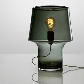 Muuto Cosy in Grey bordlampe i røgfarvet glas. Meget fin stand