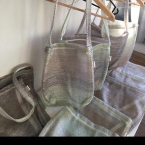 Tasker lavet af designer gulv vandtætte i transparent nuance. Nogle har gråligt i sig og andre grønlige.36 cm høje og 35 bredde. Sælges til 50kr stykket.