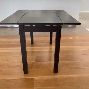 4 personers spisebord, som kan slåes sammen til et skrivebord. Perfekt til den lille lejlighed/værelse.