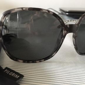 Lækre nye solbriller i sort/grå farver.