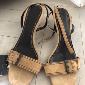 Beige ruskinds sandaler, aldrig brugt.  Nypris 399,-  Sælges for 150,- ex. Fragt
