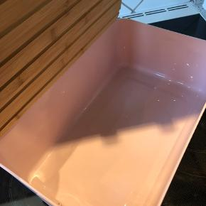 Ny brødkasse i lyserød.