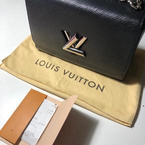 """Meget populær Louis Vuitton """"Twist Epi Noir"""" taske med kvittering og dustbag, som står i god stand. Derudover er der et lille spejl med; se billeder. Den er købt på ferie i Harrods til 22500kr og står i pæn stand, dog brugt. Jeg tager gerne i mod bud, men ikke skambud.. Skriv gerne ved spørgsmål eller for flere billeder 😄 Højeste bud er lige pt. 9000kr"""