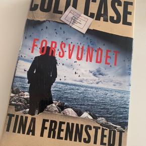 Bog købt i august til at tage med på ferie. Lidt ødelagt i omslaget pga transport. Fremstår ellers som ny.