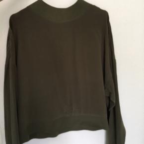 Fin bluse/trøje you name it i 100% silke. Mørke grøn/kaki farve. Brugt 1 gang