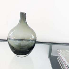 Grønlig vase så moderne og fin, kan ikke huske hvilket mærke det her   Pris: 150 kr   fragt: 40 kr ( på eget ansvar )   Ønsker helst afhentning på min adresse i Buddinge