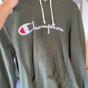 Hej, jeg sælger denne Champion hoodie, den er ikke brugt særlig meget
