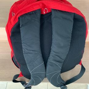 Rød JanSport rygsæk med flere rum. H 42 cm B 32 vm D 18 cm.
