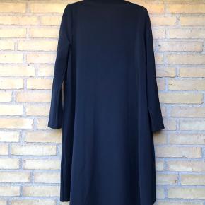 Flot draperet kjole med lang ærme Bryst mål: 2 x 50 cm Længde: 100 cm Bytter ikke