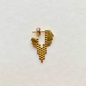 1 x Maria Black Chloé ørering i guldbelagt Sterling sølv. Prisen er for 1 stk., og jeg har kun 1 stk.  Jeg bytter ikke.