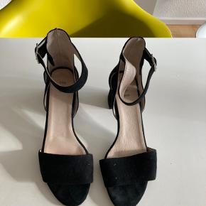 Sandaler fes Shoe The Bear sælges. Sandalerne er brugt 2 gange og fremstår som nye.
