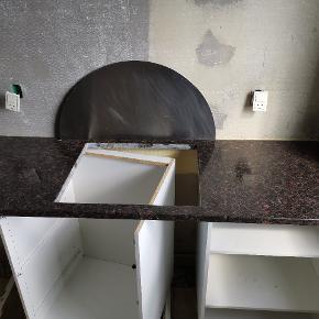 Granit bordplade på 172 cm lang og 60,5 cm dyb og 3 cm høj. Hullet i pladen er 56x49 cm.  Kom med et seriøst bud.