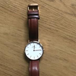 Sælger mit dw ur da jeg ikke bruger det mere urskiven er guld rundt om og remmen er brun læder har kvittering på uret