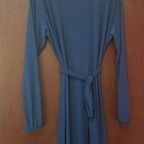 Brand: Sabaya Varetype: Maxi Størrelse: ONE SIZE Farve: Blå Oprindelig købspris: 400 kr. Prisen angivet er inklusiv forsendelse.  Ny og ubrugt med tags