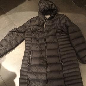 Flot dun jakke stadig rigtig flot brugt men ikke ret meget så den står under brugt men god.  Brystmål 2x65 Hoftemål 2x69 Kan lynes op for neden