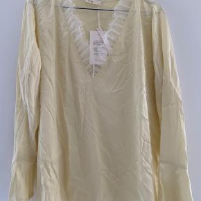 Smukkeste silke skjorte fra Leveté Room. Sælges udelukkende da fejlkøb ift størrelse. Kollektionsprøve så kan ikke fås andre steder. Nypris 1200kr, BYD. Mp 300kr.