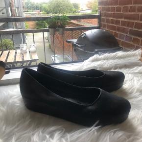 Plateau sandal.