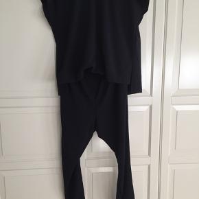 Super lækker jumpsuit med stribedetaljer på ærmer og ben. Har lomme