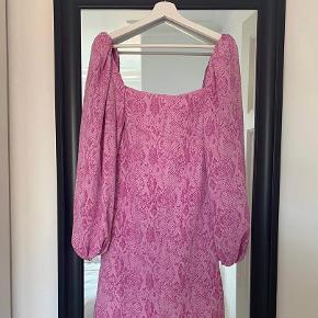 Smukkeste Pink og Rosa snake kjole fra Stine Goya.💕💅🏼 Kjolen er brugt 2 gange og er derfor ligesom god som ny! Den er i en størrelse S men jeg ville mene at den også vil kunne passes af en M 💗