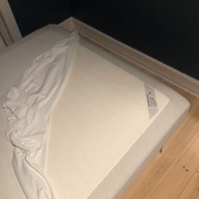 Ikea Sultan boxmadras fra 2016.  Har altid haft beskyttende lagen, så den fremstår som ny.  Ikea Tussöy topmadras fra 2016.   Inkl. 4 ben og et ben til støtte i midten.   Sælges samlet eller boxmadrassen for sig selv.   Prisen er 500 kr. for det hele.   Kan afhentes d. 6. december og fremefter.  Skal bæres ned fra 4.