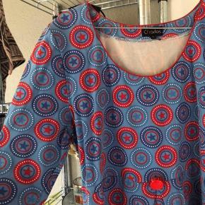 Super sød kjole fra Charles med en rød knap. Kjolen er brugt en gang til konfirmation, og den fremstår derfor helt ny.   Nyprisen for den var omkring de 1000 kroner.