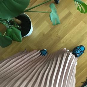 Dejlig lang nederdel fra Neo Noir.  Aldrig brugt