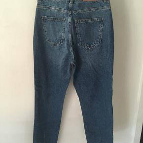 Mom / boyfriend jeans fra Noisy May i str. w28/l32.