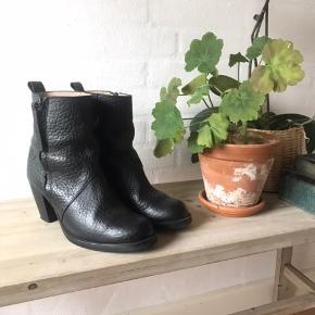 Lækker skindstøvle fra Samsøe Samsøe. Flot stand, meget velholdte.  Skriv for flere billeder. Nypris var omkring 1500-1800.