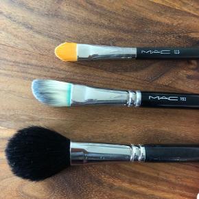 MAC make up pensler   Large powder brush (pudderbørste) nr. 120. Udgået model. Nypris 380kr. Sælges for 100kr  Foundation brush (foundationbørste) nr. 190. Nypris 310kr. Sælges for 100kr   Concealer brush (concealerbørste) nr. 195. Nypris 200kr. Sælges for 100kr. SOLGT  KØB DE SIDSTE TO FOR 150kr samlet  Alle børsterne er renset og fremstår i fin stand. Foundation børsten har et grønt skær ved skaftet, som det også havde da jeg købte den, men det er ikke noget der smitter af på make uppen.