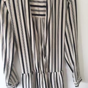 Sælger lækker kjole fra By Malene Birger.  Str. 32 men er stor i størrelsen og med elastik i taljen, så den vil bedre passe en 34/36.   100% silke Knappelukning foran.   Aldrig brugt.  Prismærket er klippet af, men kjolen er aldrig blevet brugt.   BYD - fair bud, tak :) (køber betaler fragt)
