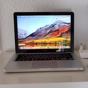 """MacBook Pro 13"""" årgang 2011/12. I god og velfungerende stand. Med nyeste Mac os x High Sierra styresystem og med Microsoft Office. Med hurtig Intel i5 processor, 8 GB RAM, SSD harddisk med 128 GB plads, DK tastatur med baggrundsbelysning, indbygget WiFi, Bluetooth og facetime kamera og mikrofon. Har en enkelt mindre bule i et hjørne og lidt ridser på låg og bund men fremstår ellers pæn. Helt opdateret og Klar til brug ;-) sælges incl original Apple Magsafe oplader. Batteri er i god stand :-) Der medfølger den originale installations disk."""