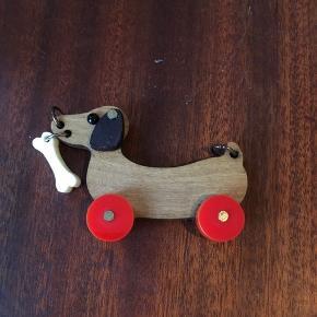 Tatty devine gravhunde vedhæng. Har oprindeligt siddet i en halskæde, som desværre er gået i stykker, men gravhunden fejler ingenting og er som ny. Den måler 4 * 2,5 cm.