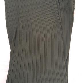 Smukke bukser med vidde. De er desværre for lange til mig og derfor kun brugt en gang.  Farven er dyb flaskegrøn