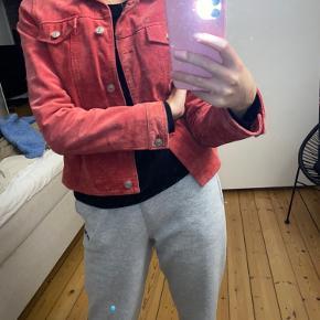 Rød/pink jakke i ruskind. Har fået nogle pletter på fronten, derfor meget billig. Kan evt. sendes til rens?