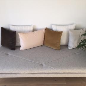 Super fin lysegrå daybed fra Sofakompagniet med messing ben. Brugt ganske lidt og fremstår derfor i rigtig god stand. Nypris 4000 kr. Sælges for 3500 kr.