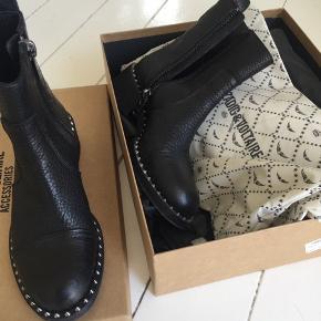Zadig & voltaire læder støvle.  Stor i størrelsen jeg bruger normalt 37.  Virkelig kvalitets støvle.
